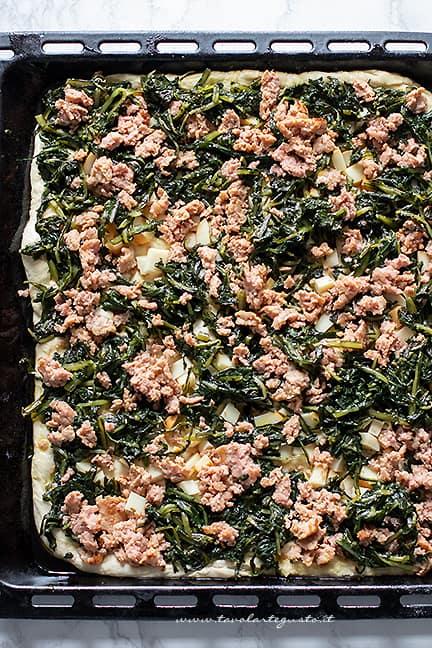 aggiungere salsiccia e cicoria - Ricetta Pizza con cicoria