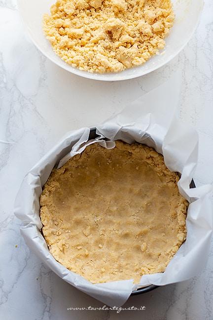 compattare il guscio in teglia - Ricetta Sbriciolata alla nutella