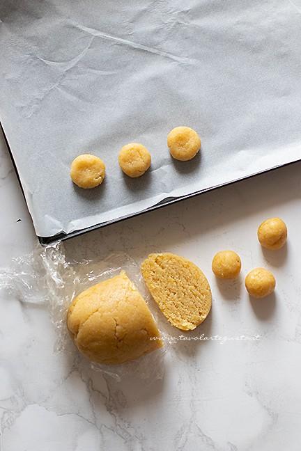 formazione dei biscottini - Ricetta fave dei morti