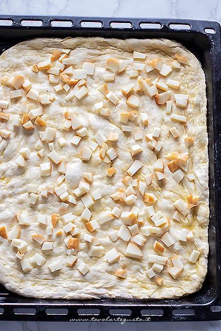 stendere la pizza e aggiungere la scamorza - Ricetta Pizza con cicoria