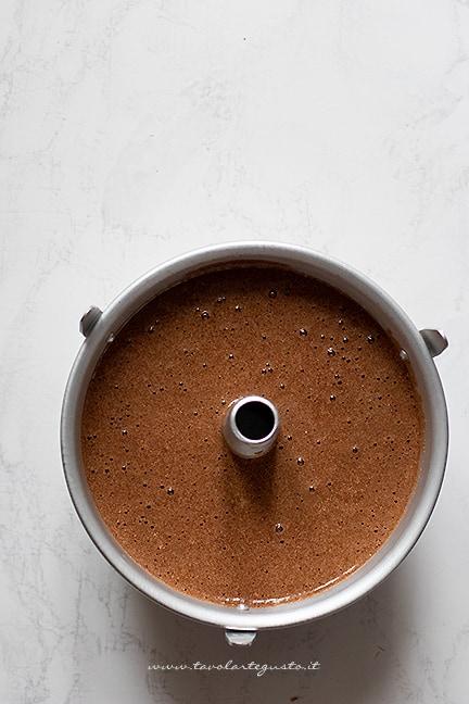 versare l'impasto al cacao nell'apposito stampo