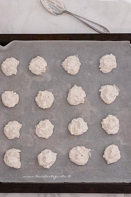 formare i biscotti brutti ma buoni con un cucchiaio