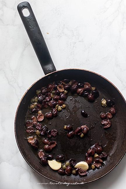 preparare il soffritto con aglio, olio - Ricetta Cicoria in padella