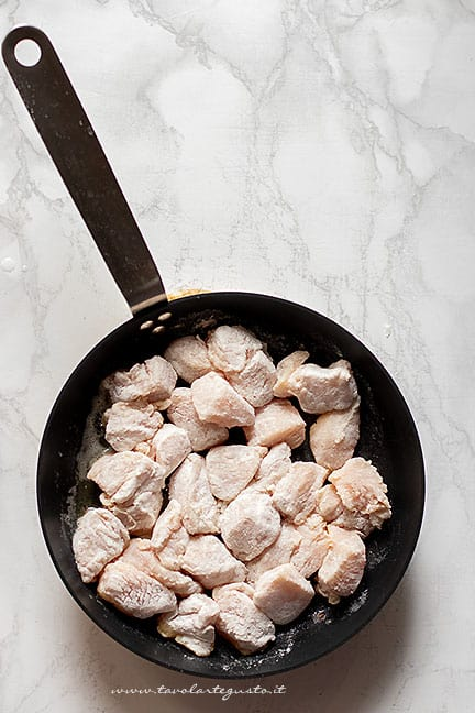 rosolare i bocconcini di pollo - Ricetta Pollo alle mele