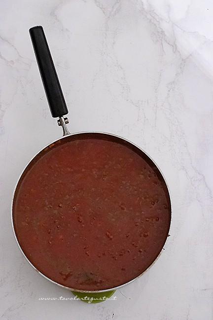 Aggiungere la passata di pomdoro - Ricetta Ragu alla bolognese