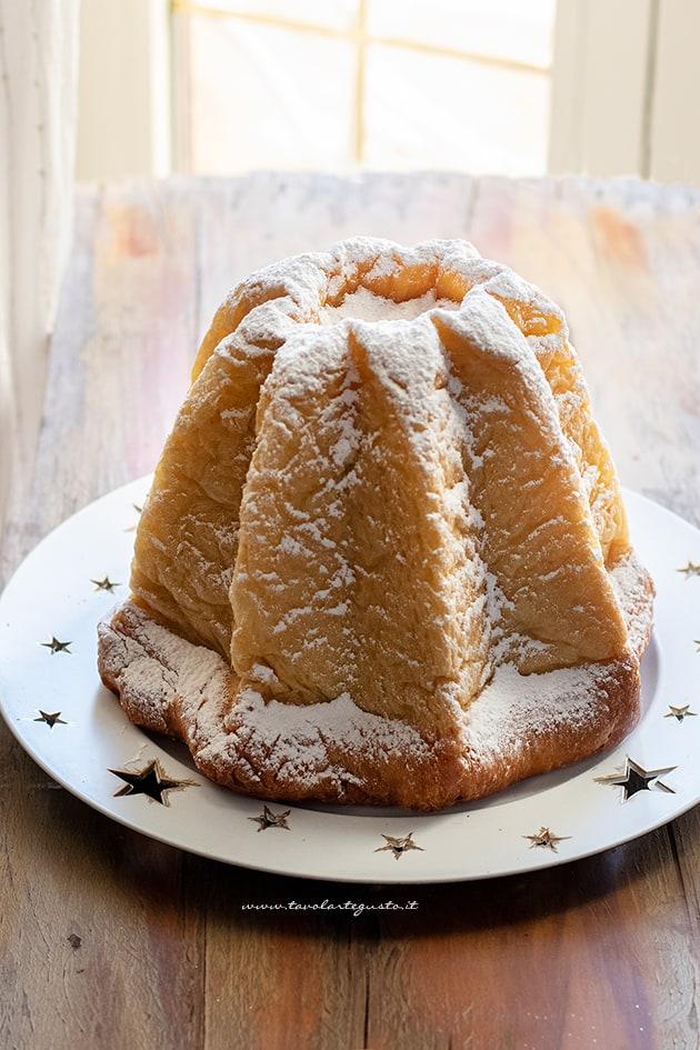 Spolverare di zucchero a velo - Ricetta Pandoro fatto in casa