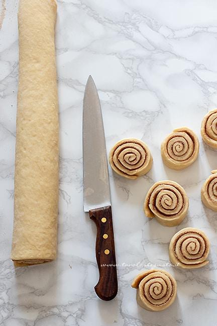 affettare le girelle alla cannella - Ricetta Cinnamon rolls