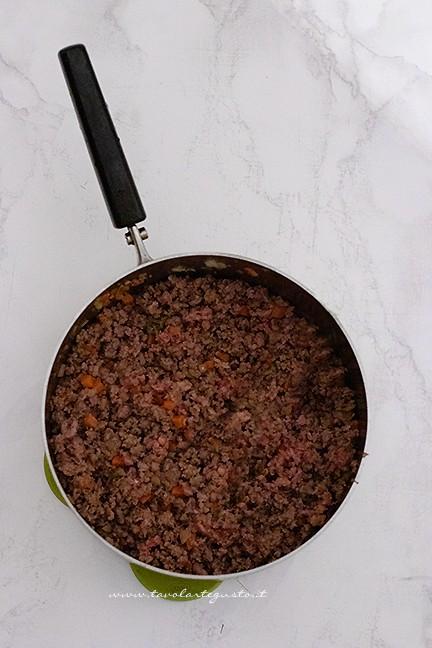 aggiungere la carne macinata - Ricetta Ragu
