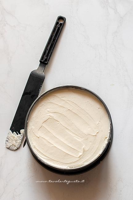 assemblare i savoiardi con crema al mascarpone - Ricetta Torta Tiramisù
