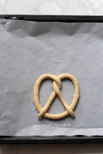come dare la forma ai Pretzel - ricetta Brezel