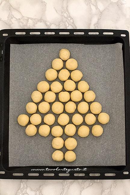 dare la forma di albero di natale con le palline - Ricetta Albero di pan brioche salato