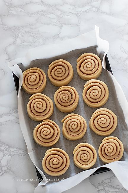 disporre in teglia -Ricetta Cinnamon rolls