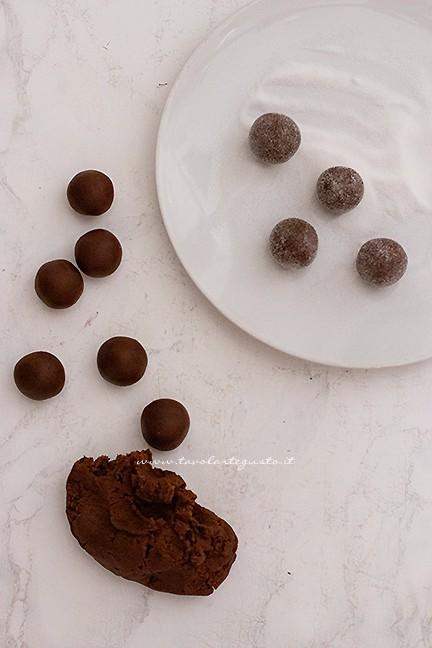formare le palline - Ricetta Biscotti al cioccolato