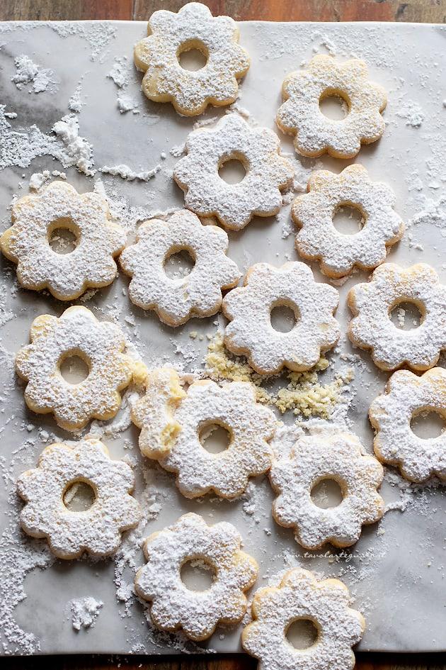 spolverare di zucchero i canestrelli - Ricetta Canestrelli