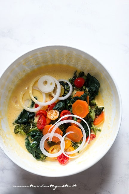 Aggiungere le verdure al composto di uova - Ricetta Frittata di verdure