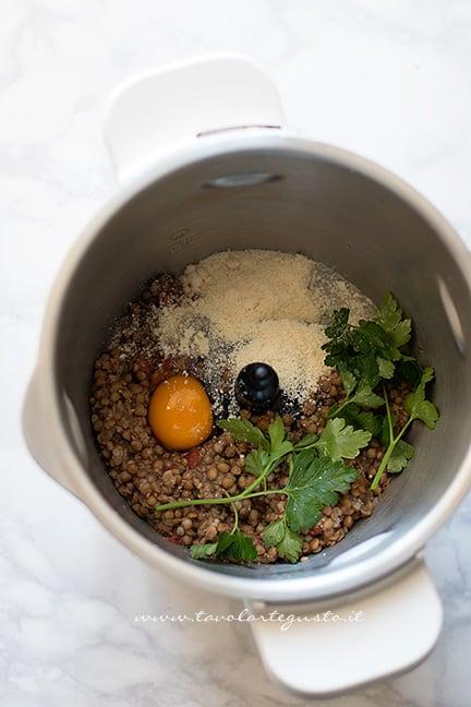 Frullare le lenticchie con prezzemolo, uovo, formaggio - Ricetta Polpette di lenticchie