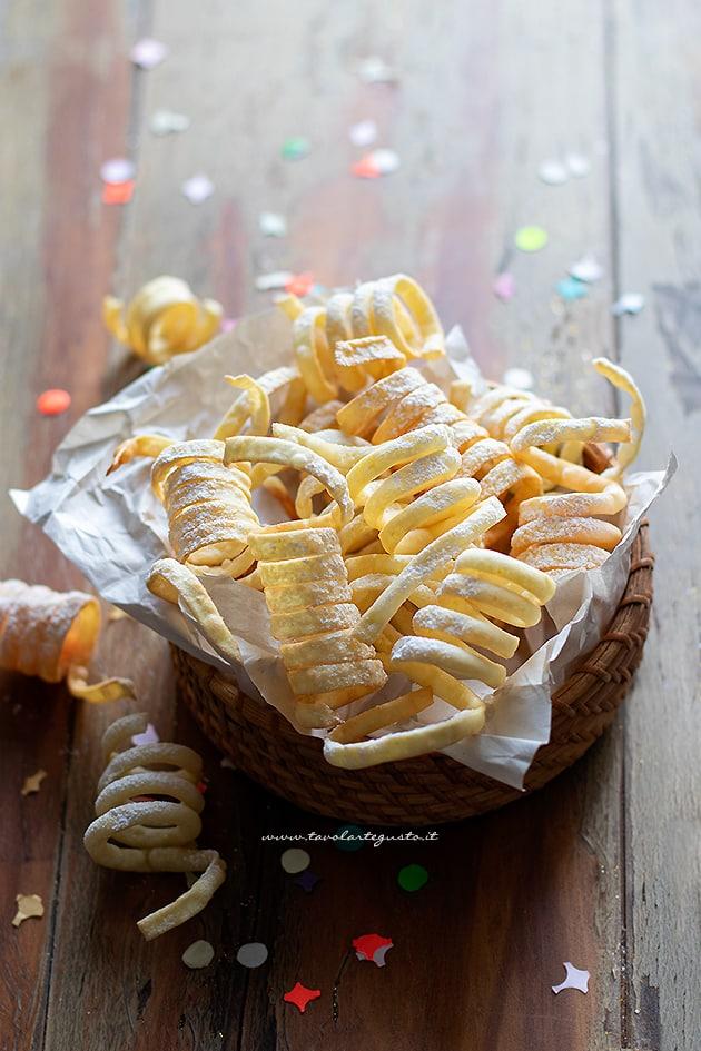Stelle filanti dolci di carnevale - Ricetta Stelle filanti dolci-