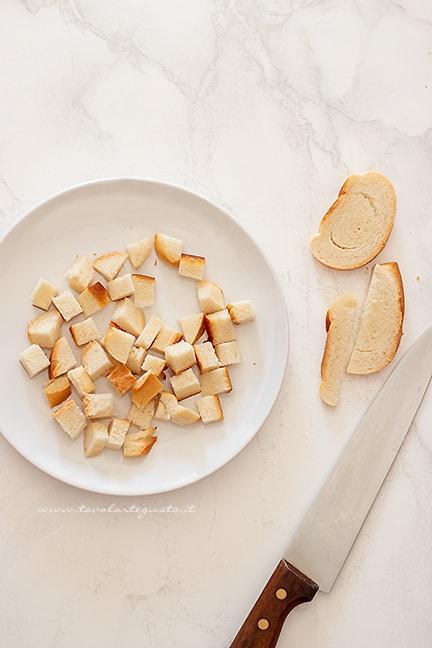affettare a cubetti il pane raffermo - Ricetta Crostini di pane
