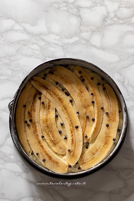 aggiungere le banane sulla superficie - Ricetta Torta di banane