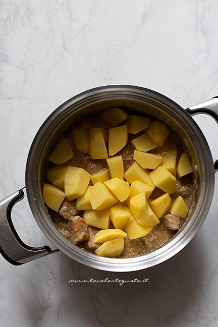 aggiungere le patate - Ricetta Spezzatino di vitello con patate