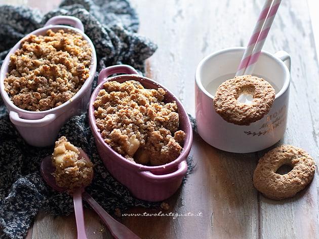Crumble di biscotti e frutta - Ricetta Crumble di biscotti
