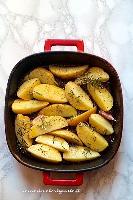 condire le patate in teglia con gli aromi - Ricetta Patate al forno