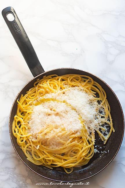 mantecare la pasta con carciofi e formaggi - Ricetta Pasta con carciofi