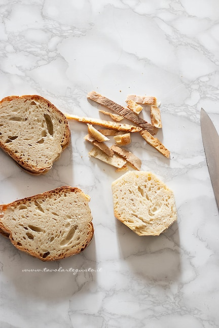 tagliare le fette di pane - Ricetta Mozzarella in carrozza