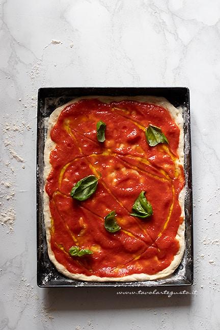 condire la pizza senza lievito