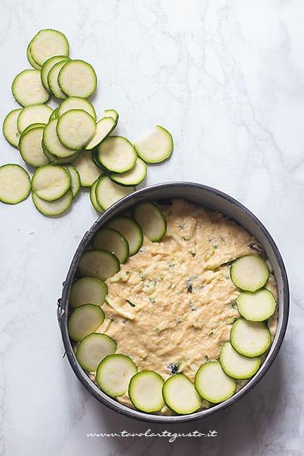 Aggiugere le zucchine sulla torta salata di zucchine