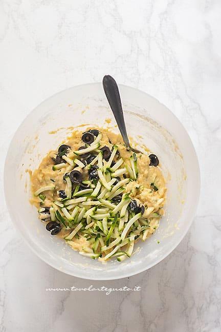 Versare le zucchine- Ricetta Torta salata con zucchine