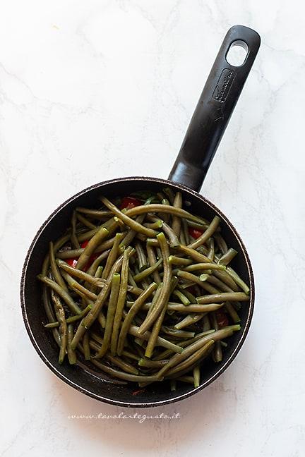 Aggiungere i fagiolini - Ricetta Fagiolini in umido