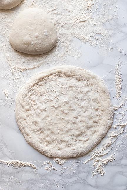 come stendere la pizza con cornicione - Ricetta pizza napoletana