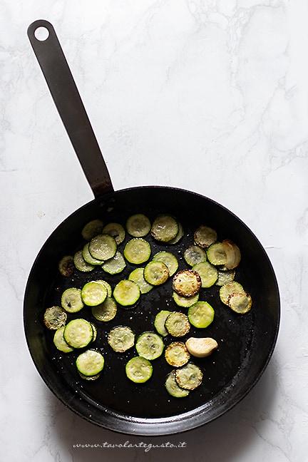 saltare le zucchine in padella - Ricetta Carbonara di zucchine