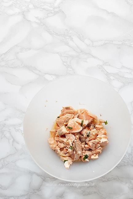aggiungere la polpa di salmone - Ricetta Polpette di salmone