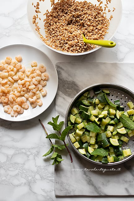 come fare il farro freddo con gamberetti e zucchine