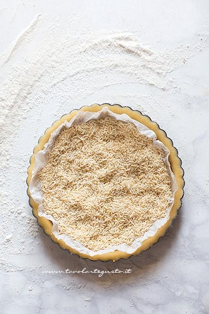 Cuocere in bianco il guscio della crostata - Ricetta Crostata ai frutti di bosco