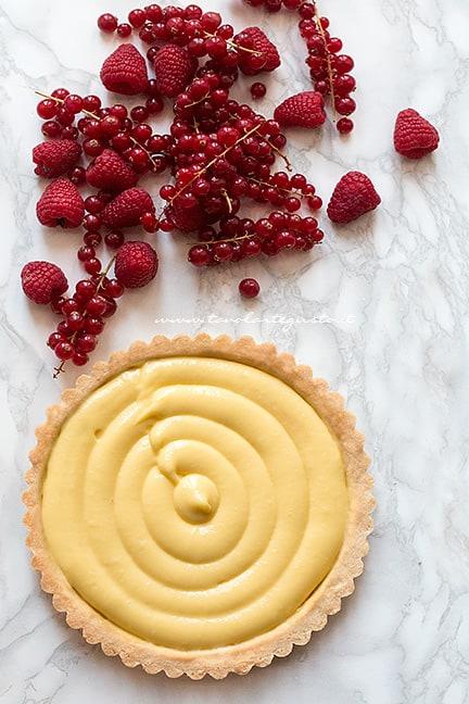 Farcire la crostata con la crema pasticcera e i frutti di bosco - Ricetta Crostata ai frutti di bosco