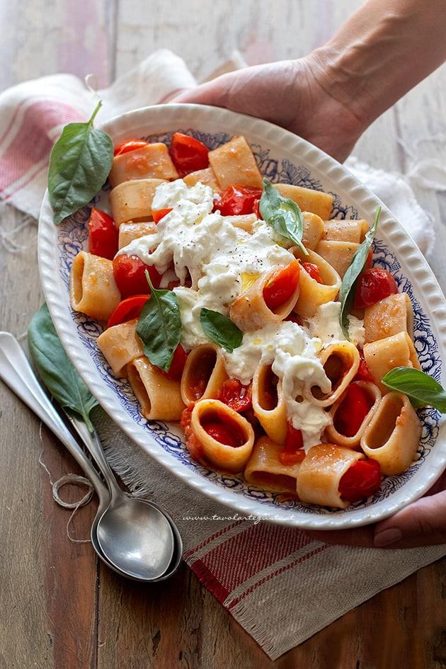 Pasta con burrata - Pasta con stracciatella di burrata e pomodorini-