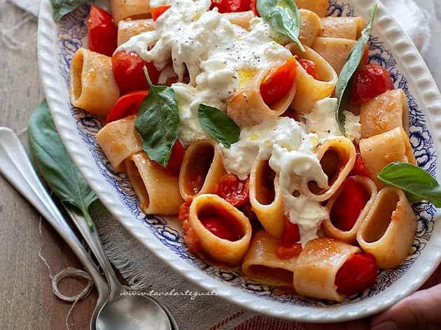 Pasta con burrata - Pasta con stracciatella di burrata e pomodorini