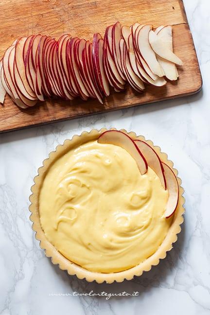 Aggiungere la crema nel guscio e tante fettine di mela -Ricetta Crostata di mele
