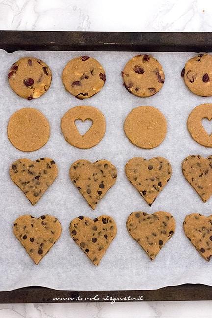 disporre i biscotti integrali in teglia - Ricetta Biscotti integrali