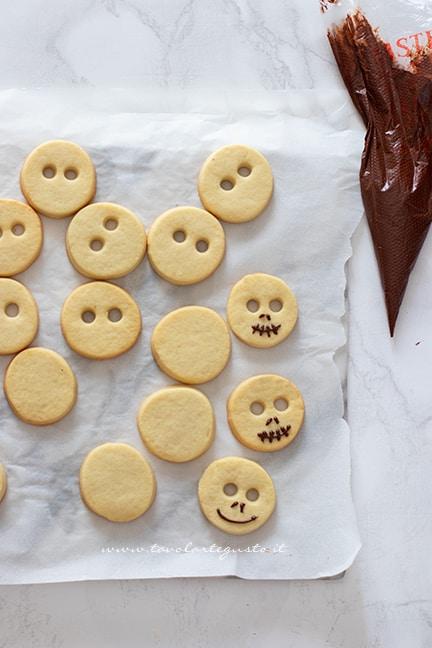 Decorare i biscotti di halloween