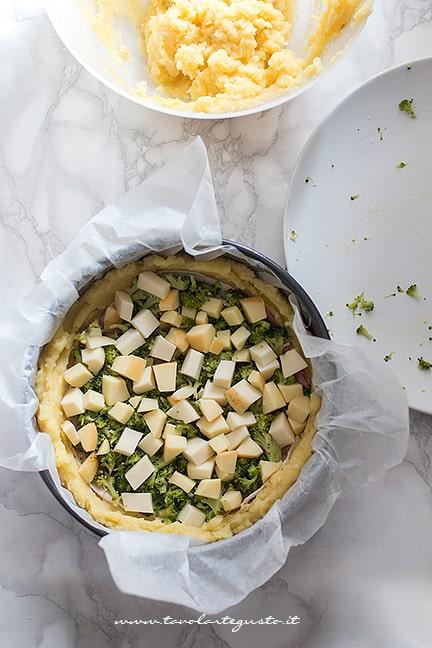 aggiungere il ripieno - Ricetta Sbriciolata di patate