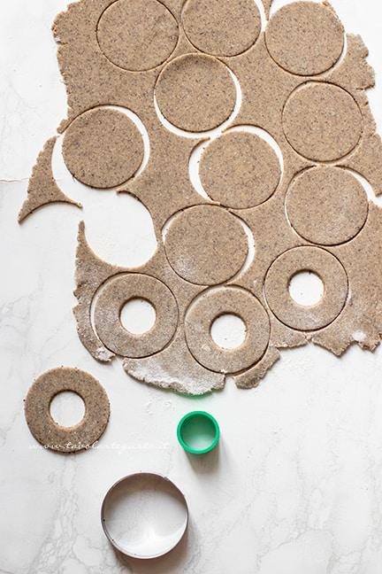 intagliare i biscotti al grano saraceno