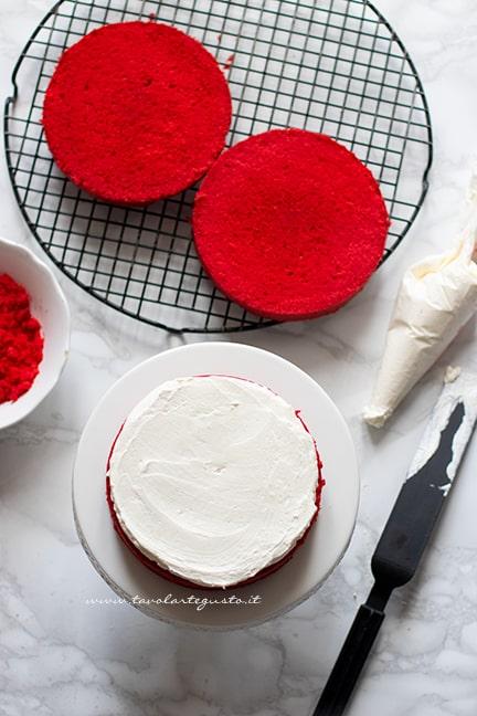 Torta red velvet farcita con crema
