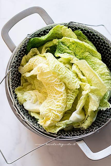 cuocere le foglie di verza