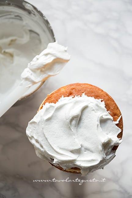 ricoprire la torta ai lamponi con la meringa italiana