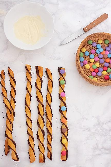 decorare i torciglioni alla nutella con smarties