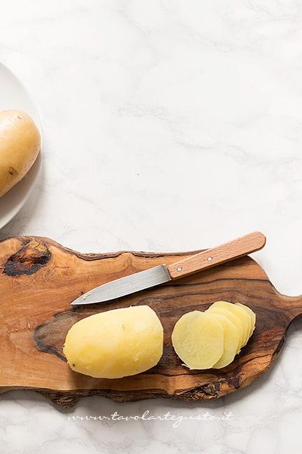 affettare le patate per le sfogliatine di patate